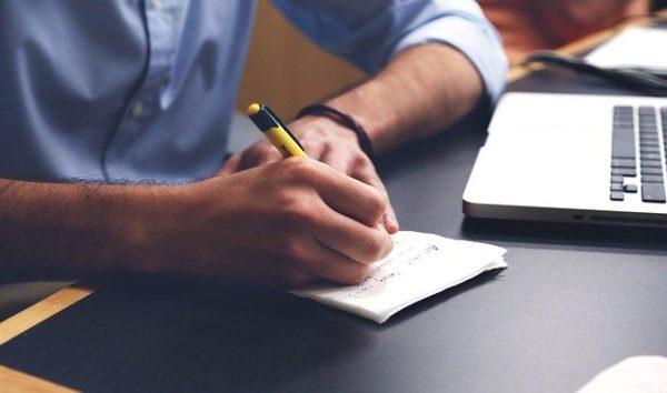 履歴書のメモを書く画像
